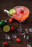 Margarita della fragola e strumenti bartending, vista superiore Fotografia Stock Libera da Diritti