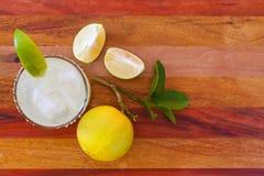 Margarita do cal chave decorado com cal fresco em uma tabela de vidro da barra Vista de acima imagens de stock royalty free