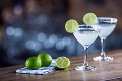 margarita Drank van de Margatita de alcoholische cocktail op barcounter in p royalty-vrije stock afbeeldingen