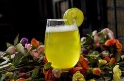 Margarita en vidrio con las rebanadas y las flores Imágenes de archivo libres de regalías