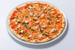 Margarita Flatbread Pizza casalinga con il pomodoro ed il basilico Immagine Stock