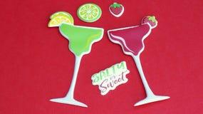 Margarita-Gläser auf einem roten Hintergrund stockfoto