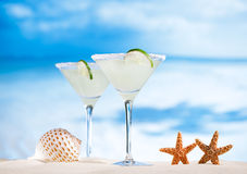 Margarita koktajl na plaży, błękitnym morzu i niebie, Obraz Royalty Free