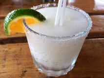 Margarita mit Salz und orange Scheibe Lizenzfreie Stockfotos