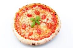 Margarita-Pizza auf einem weißen Hintergrund stockfotos