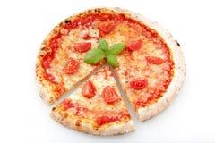 Margarita-Pizza auf einem weißen Hintergrund stockfoto