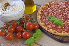 Margarita Pizza op achtergrond Royalty-vrije Stock Afbeeldingen