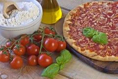 Margarita Pizza på bakgrund Royaltyfria Bilder