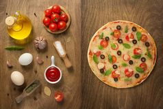 Margarita-Pizza und -Lebensmittelinhaltsstoffe stockfotografie