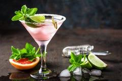 Margaritacoctail med den rimmade kanten, ny limefrukt- och grapefruktfruktsaft, drinken eller drycken för kall sommar den citrusa arkivbilder