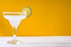 Margaritacoctail på vit trätabell- och apelsinbakgrund Royaltyfri Fotografi