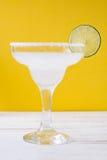 Margaritacoctail på vit trätabell- och apelsinbakgrund Fotografering för Bildbyråer
