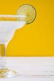 Margaritacoctail på vit trätabell- och apelsinbakgrund Arkivfoton