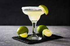 Margaritacoctailar med limefrukt i exponeringsglas fotografering för bildbyråer