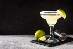 Margaritacoctailar med limefrukt i exponeringsglas arkivbilder