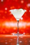 Margaritacoctailen blänker röd guld- bakgrund Arkivfoto