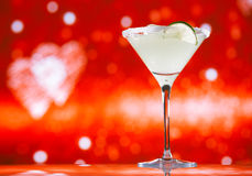 Margaritacoctailen blänker röd guld- bakgrund Royaltyfria Foton