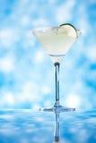 Margaritacoctailen blänker blå bakgrund Fotografering för Bildbyråer