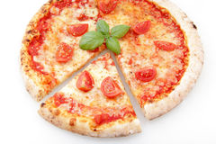 Margaritapizza på en vit bakgrund Arkivbilder
