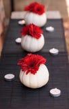 Margaritas rojas del gerbera en las calabazas blancas talladas de Casper Fotografía de archivo