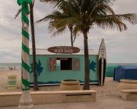 Margaritaville-Strandbretterbude durch Ozean stockbild