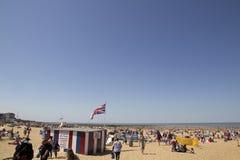 MARGATE UK-Augusti 8: Besökare på den Margate stranden Arkivbild