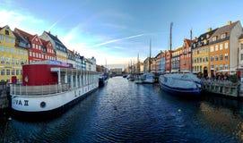 Margem de Nyhavn, canal, fachadas coloridas da reflexão velha da casa, e construções, navios, iate e barcos em Copenhaga, Dinamar foto de stock royalty free