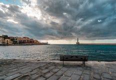 Margem e farol venetian do porto do panorama no porto velho de Chania no por do sol, Creta, Grécia fotografia de stock
