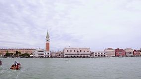 Margem famosa do palácio do ` s de San Marco Tower And Doge em Veneza, Itália filme