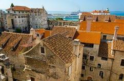 Margem marinha, porto e construções velhas com opinião aérea dos telhados alaranjados da torre de sino venetian de Domnius de Sai foto de stock royalty free