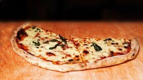 Margherita薄饼装饰与新鲜的蓬蒿和乳酪cutted  免版税库存照片
