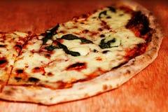 Margherita薄饼装饰与新鲜的蓬蒿和乳酪cutted  免版税库存图片