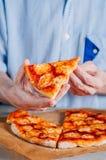 Молодой человек есть пиццу Margherita Стоковые Фото
