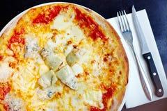 Margherita cozido pedra da pizza com alcachofra Fotos de Stock