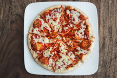 Margherita découpé en tranches fraîchement cuit au four de pizza Photographie stock