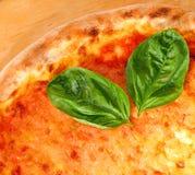 Margherita de la pizza servido en una tabla de cortar de madera Imagenes de archivo