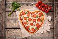 Margherita en forme de coeur de pizza de jour de valentines Images libres de droits
