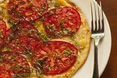 Margherita flatbread na talerzu z rozwidleniem obraz stock