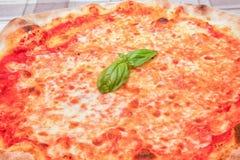 Margherita-Pizza mit Basilikum Stockfotos