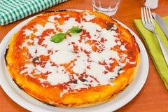 Margherita Pizza mit Tomate, mozza Stockbilder