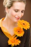 Margherita romantica del gerbera della stretta della donna del fiore Fotografia Stock
