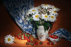 Margherite bianche, gypsophila, fragole accompagnate dal pane dell'Uzbeco e adrass Fotografia Stock Libera da Diritti