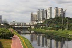 Marginell Pinheiros Ciclo bana och skyskrapor i Sao Paulo, Brasilien Royaltyfri Fotografi