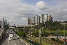Marginell Pinheiros huvudväg och skyskrapor i Sao Paulo, Brasilien Arkivbilder