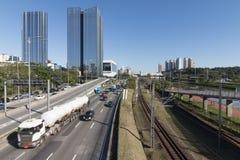 Marginell Pinheiros huvudväg och Vila Olimpia skyskrapa Royaltyfria Bilder