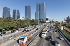 Marginell Pinheiros huvudväg och Vila Olimpia skyskrapa Royaltyfri Foto