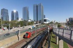 Marginell Pinheiros huvudväg och Vila Olimpia skyskrapa Arkivbild