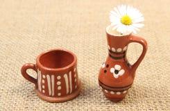 Margriet in bruine ceramische vaas op jutecanvas Stock Afbeeldingen