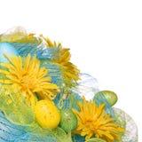 Marguerites jaunes avec des oeufs de pâques au-dessus du fond blanc. Ressort Images stock