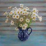 Marguerites sauvages Bouquet coloré dans un vase Image libre de droits